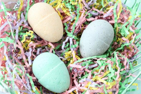 DIY Bath Bomb Easter Eggs #DIY #craft #bathroom