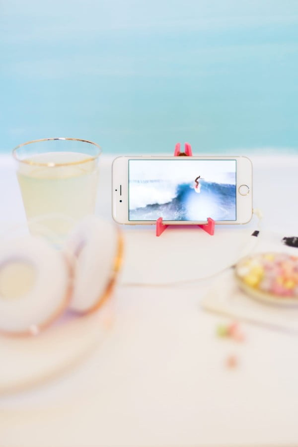 DIY Acrylic Travel Phone Stand #DIY #crafts