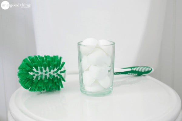 Clean and Fresh DIY Fizzy Toilet Bombs · Jillee #DIY #bathroom #cleaning #fizzies #toiletbombs #crafts