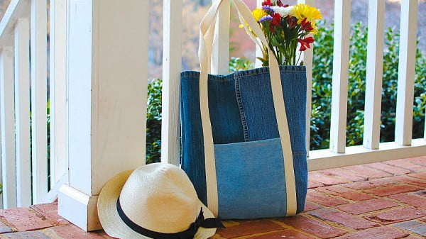 Earth Day DIY: Tote Bag from Upcycled Jeans #DIY #craft #totebag