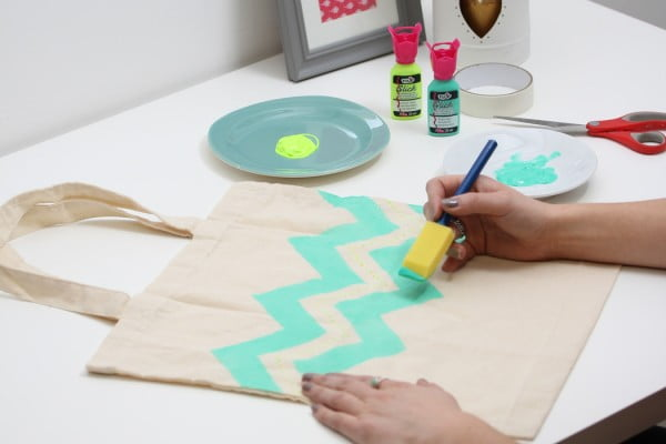 How to Fabric Paint a Tote Bag #DIY #craft #totebag