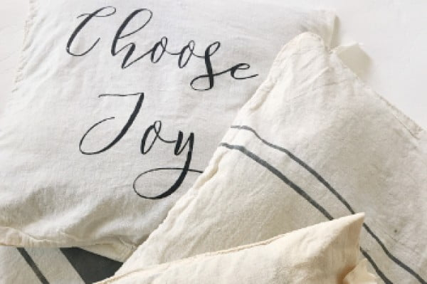 DIY No-Sew Farmhouse Pillow Covers #nosew #DIY #craft #homemade #pillow