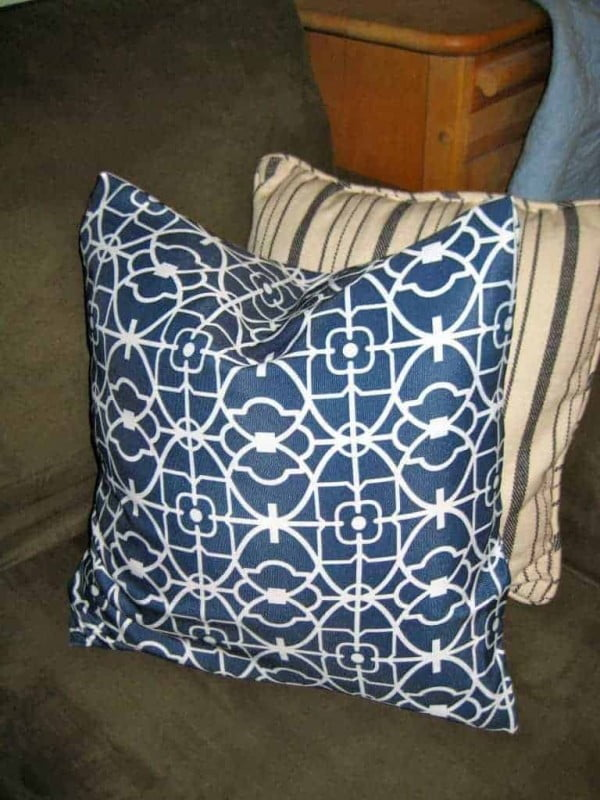 How to Make Easy Peasy No-Sew Envelope Style Pillow Covers #nosew #DIY #craft #homemade #pillow