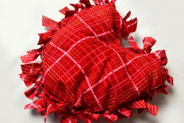 How to Make a No Sew Fleece Pillow #nosew #DIY #craft #homemade #pillow
