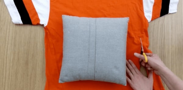 How to Upcycle Old T-Shirts into Pillow Covers without Sewing #nosew #DIY #craft #homemade #pillow