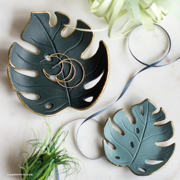 Make a simple DIY monstera drop dish for your home #DIY #clay #dish #trinket